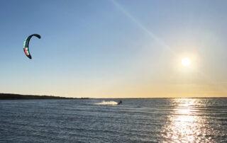 Chris susar fram på vattnet under en perfekt kitesession en härlig sommarkväll.